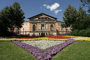370px-Bayreuth_Festspielhaus_2006-07-16