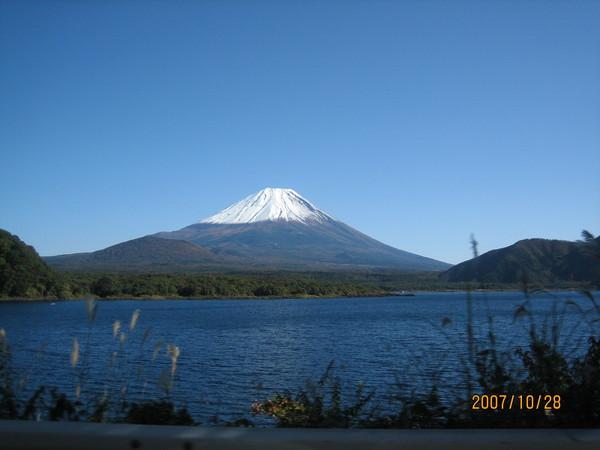 暫時停車拍照~本栖湖+富士山實在是太美了!