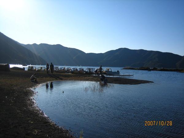天氣好~很多人遊湖喔