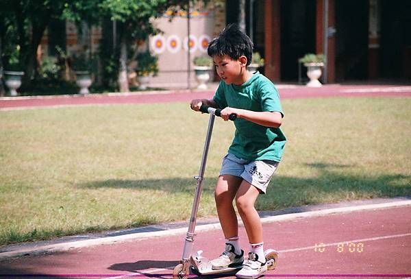 r001-052   翔哥滑板車