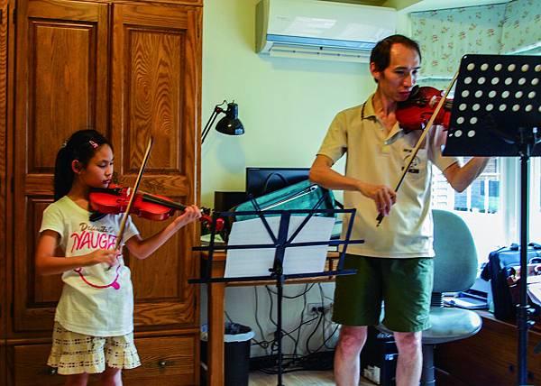 P6180195  拉小提琴