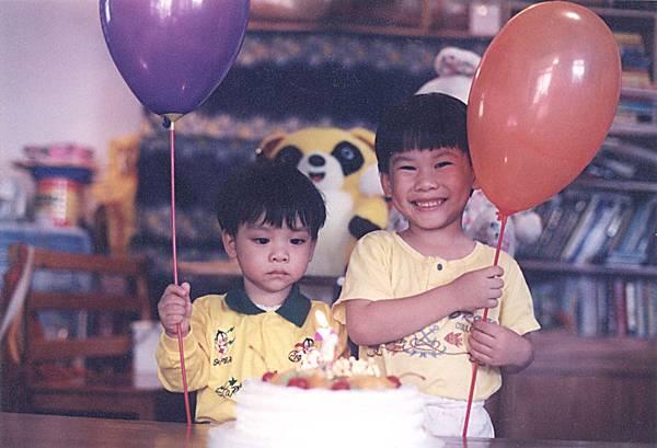 83.11.13 青威弟2歲生日