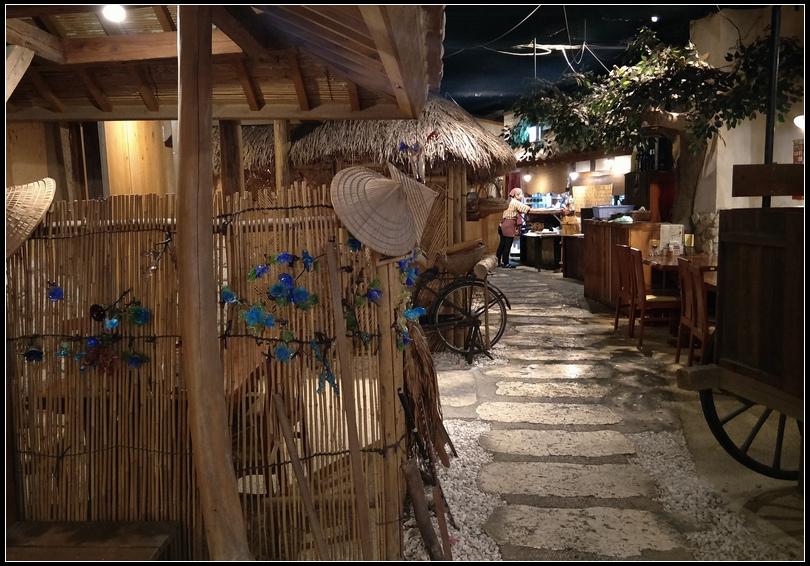 10.11  11餐廳裡的屋中屋-一樓的店鋪裡裝潢得像個小村落