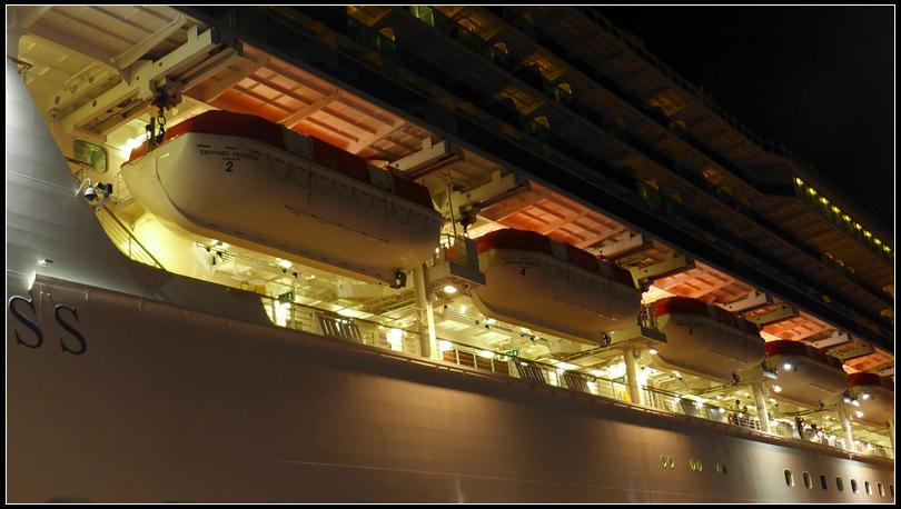 10.11  13每艘救生挺有船頂可乘坐100人