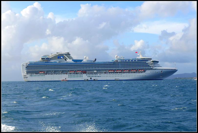 10.12  3船停在石垣島外海,用接駁船接駁上岸