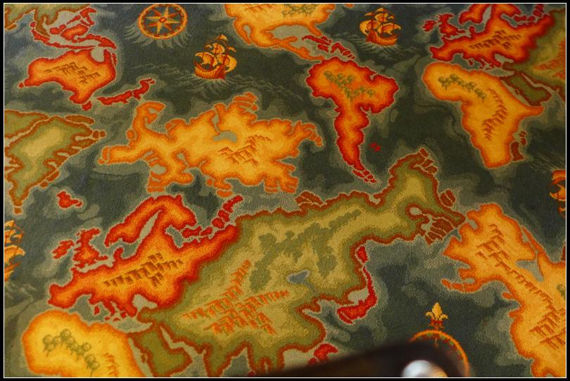 探險者酒吧的地圖地毯,配合牆上的掛畫