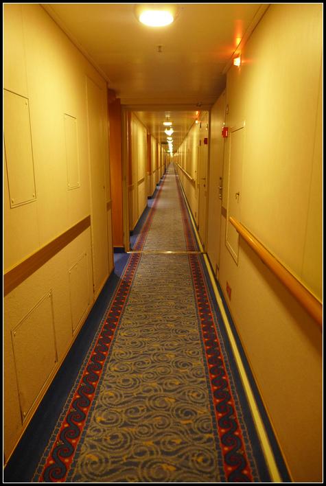 從房間外望向看不到底的船頭方向,以為有面鏡子,