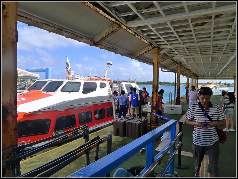 掛在船上8樓的救生艇,體積龐大,和想像中的救生艇大不相同