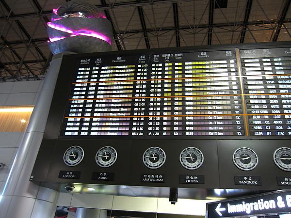 我們的班機再第三排~準點喔.JPG