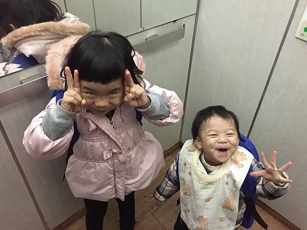 20180201小嘉跟姊姊上學