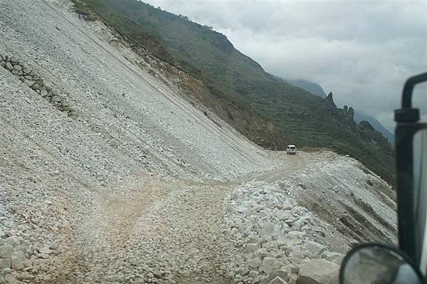 車輛難行的落石路段