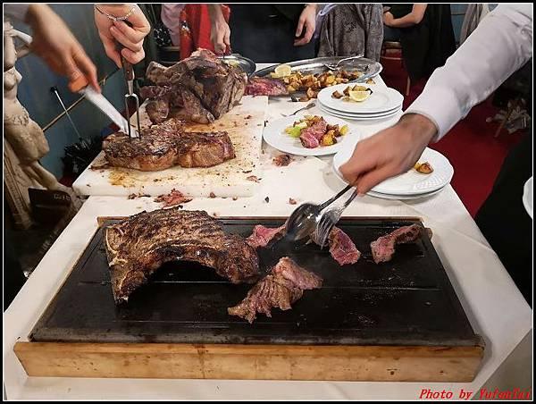 義大利day6-4 百年皇宮餐廳丁骨牛排料理+牛肚包000052.jpg