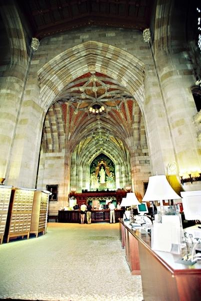把歌德式教堂改為圖書館