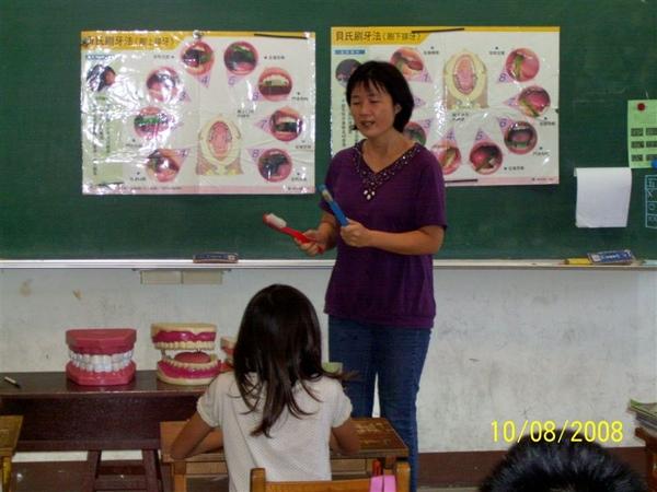 護士阿姨指導同學如何正確刷牙1.jpg