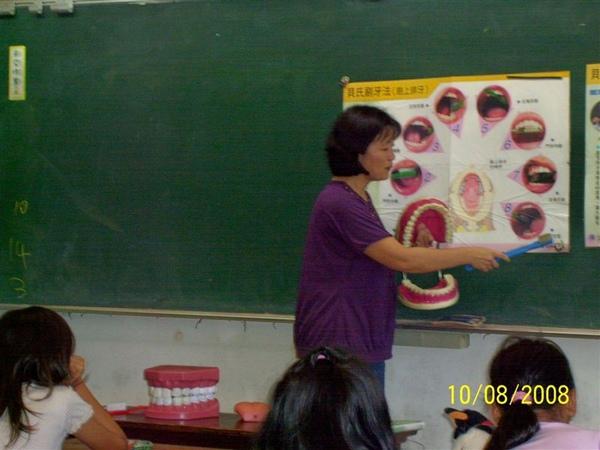 護士阿姨指導同學如何正確刷牙6.jpg