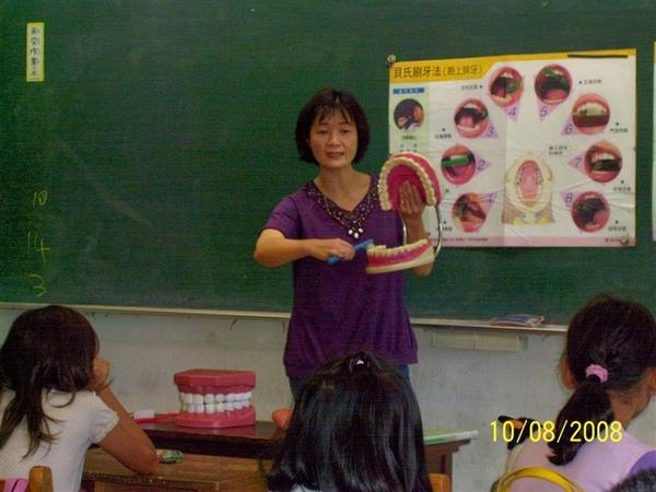 護士阿姨指導同學如何正確刷牙7.jpg