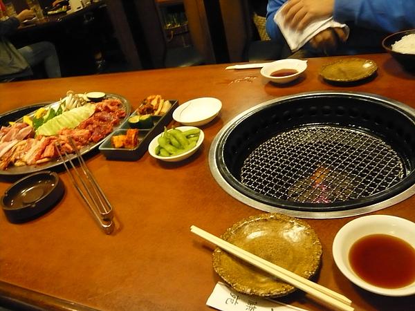 晚餐在車站附近吃韓式燒肉^w^ 不過有點踩到地雷...不是那麼好吃