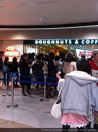 買Krispy Kreme Doughnuts~排隊排很長~~免費吃到一個剛出爐好吃到爆的甜甜圈