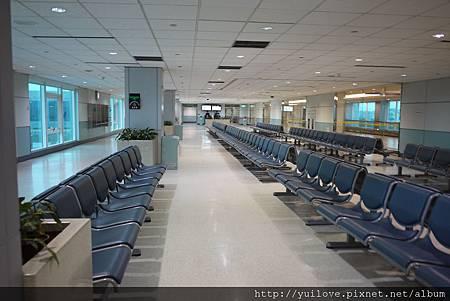 第一次看到這麼空的登機室!!!我們第一位