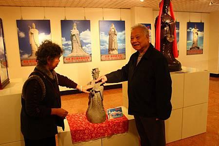 2.2.1媽祖博士-董振雄先生(右)展出收藏的媽祖雕像.jpg
