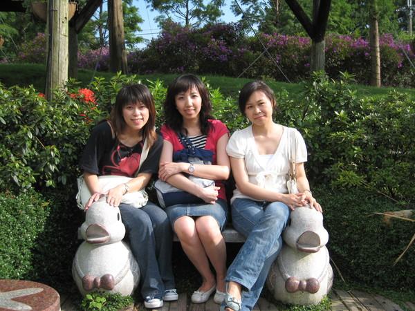 三人擠坐在鴨鴨石椅