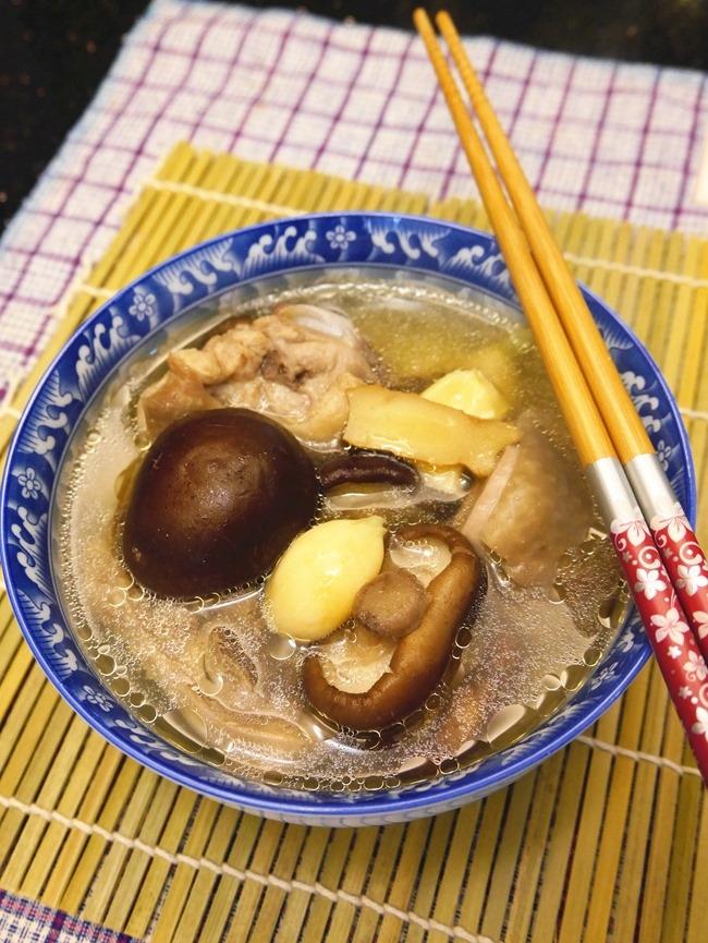 四季皆宜溫補元氣。湯鮮味美「香菇雞湯」