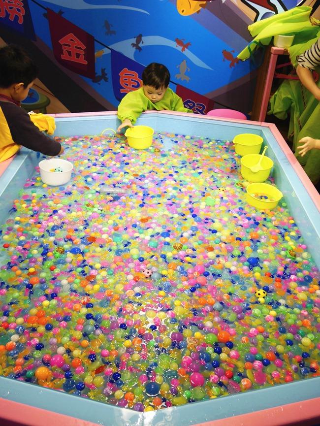 │台北親子館│Bears World貝兒絲樂園。 寶寶超市初體驗,環遊世界親子變裝趣 沙池 撈魚 球池 溜滑梯