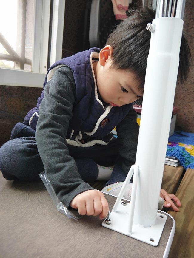 我的第一張小桌子-愛兒館 離乳桌。可隨孩子成長自由調整高度哦!學習桌、書桌