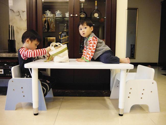 │育兒好物│CP值超高兒童成長桌。可隨成長調整高度的「愛兒館 離乳桌」