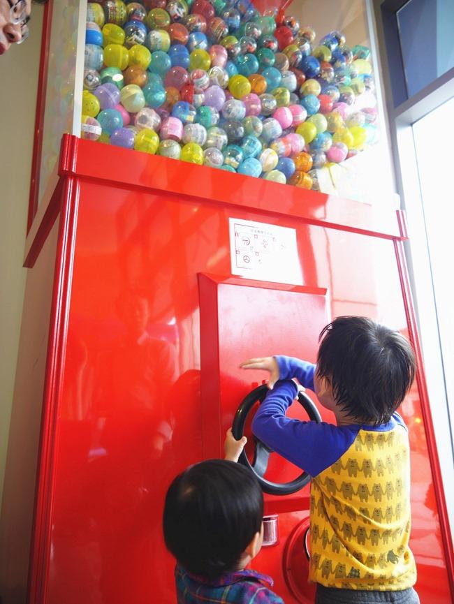 │台北。內湖│大晴天親子餐廳。巨型扭蛋機、球池、小廚師扮演、寶寶爬行…