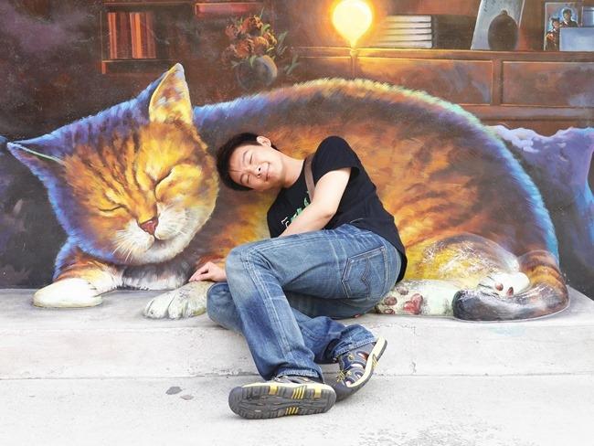 │雲林。 虎尾│孩子遇上貓。漫遊彩繪村「屋頂上的貓」