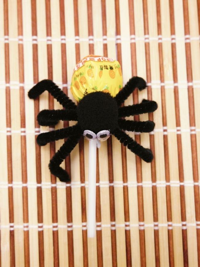 萬聖節親子手作「棒棒糖毛根蜘蛛」DIY。不給糖就搗蛋!