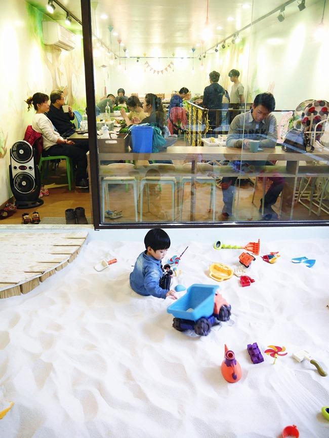 │台北。天母│Hello!Jazz!親子餐廳。玻璃屋沙池、球池…孩子最愛的動物童畫森林