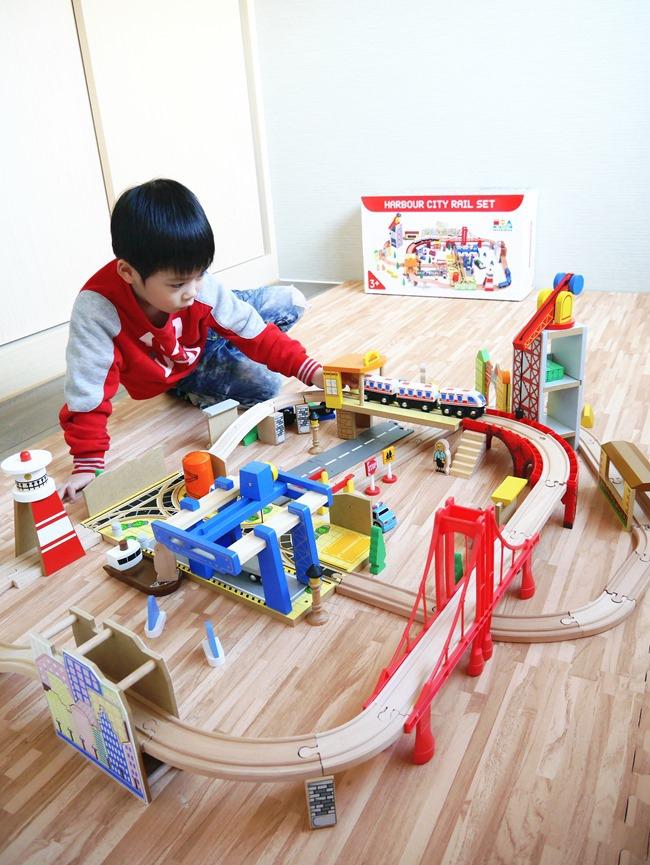 爸爸也瘋狂。男孩童年裡一定不能缺席的玩伴 愛兒館「木質港灣城市鐵道組」
