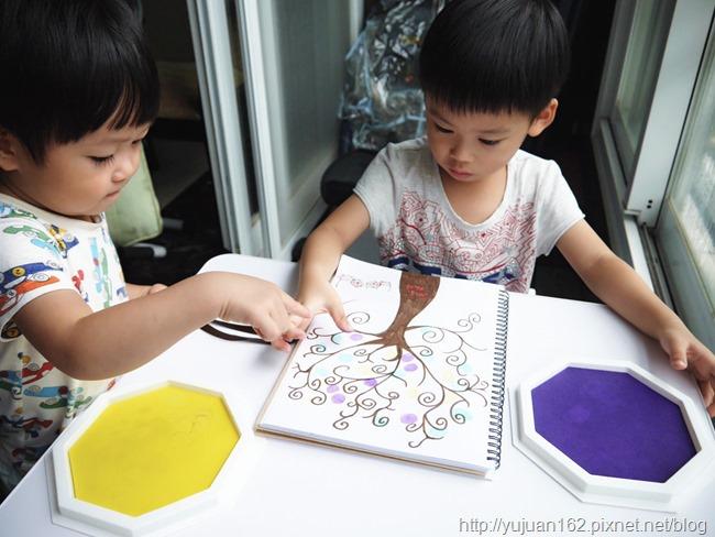 指印樹。愛兒館無毒安全水洗式8 色大印台(第三代),手腳印畫和孩子一起蓋出創造力