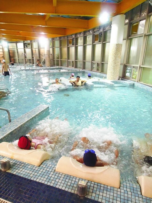 台北公館休閒運動會館「洛德城堡水上樂園」結合健身房、室內泳池、親子遊戲區、電動超跑、戶外多項水上設施、滑水道…