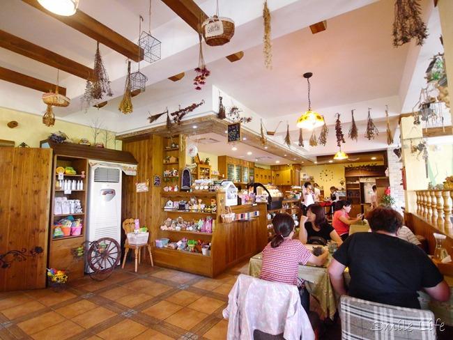 │食。頭份│儷池咖啡屋。自然鄉村童趣餐廳。草坪、餵魚親子近郊首選