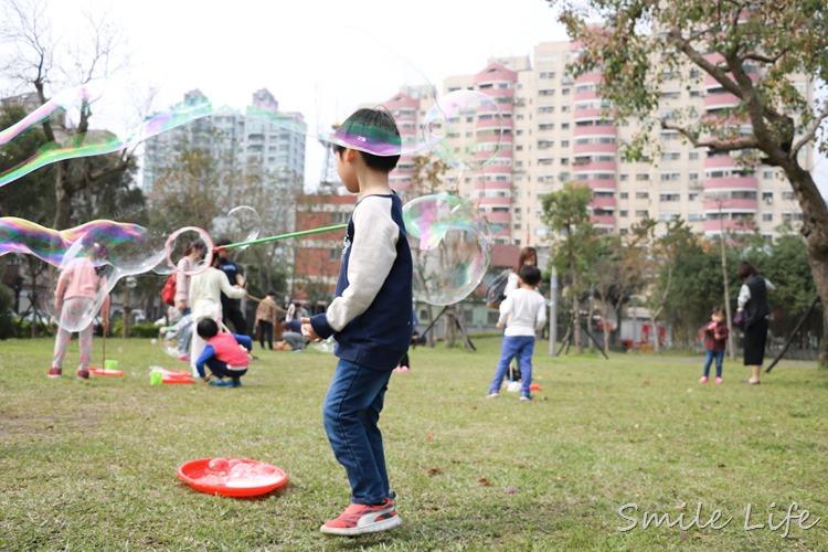 ▌親子活動▌街頭表演「泡泡奇蹟」。療癒系夢幻泡泡派對,陪伴大、小孩童年成長的美麗回憶