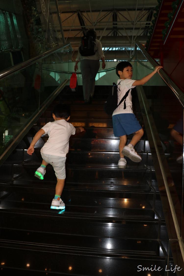 ▌潮小孩穿搭▌輕巧鞋墊好軟Q。韓國Besson JouJou可充電LED星星發亮童鞋/親子星星包