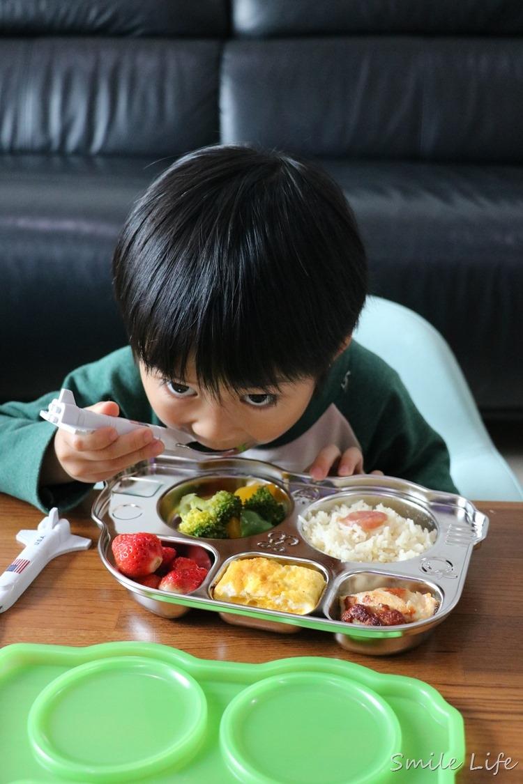 ▌餐桌日常▌養出少爺病餐餐要媽媽餵?只要這招就能讓孩子愛上吃飯 (美國Innobbaby不鏽鋼餐盤/歡樂小雞矽膠餐盤)