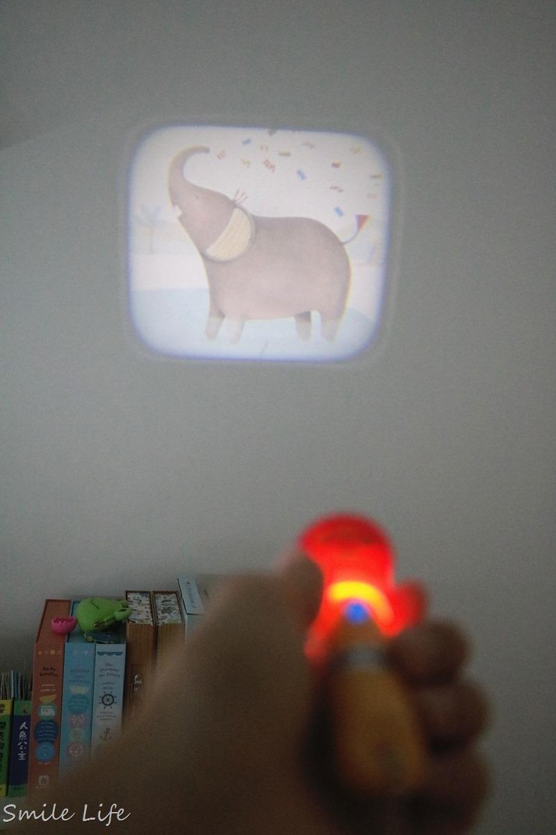 ▌聰明教具▌法國Moulin Roty故事手電筒,在家也能享受迷你電影院。還有幼稚園必備免燙轉印姓名貼,不怕上學衣服穿錯啦!