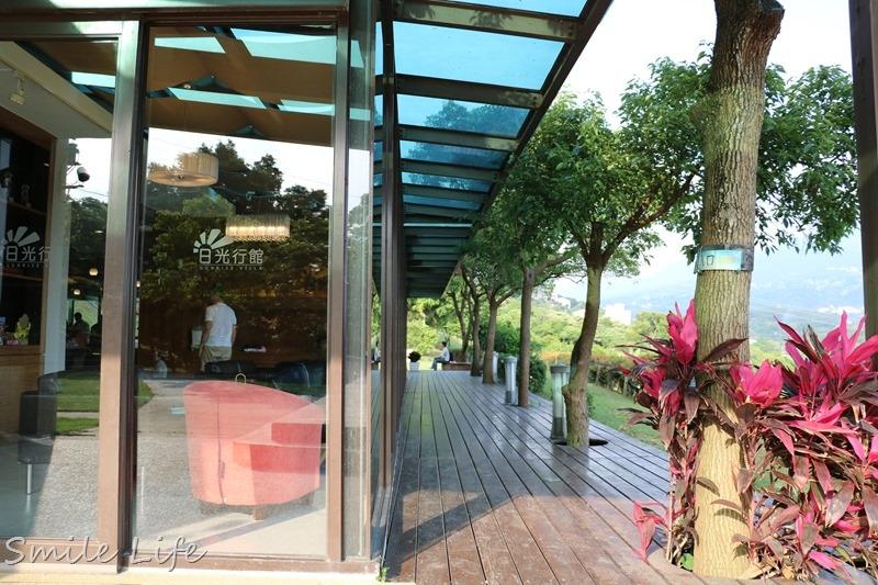 新北民宿 淡水日光行館sunrise villa。溜滑梯、沙池、玻璃屋景觀餐廳。享受悠靜山林自然美景