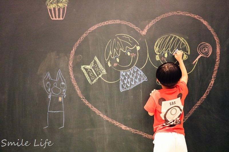 ▌親子飯店▌台南老爺天才小畫家房。三公尺黑板牆讓孩子旅行中也能盡情塗鴉揮灑