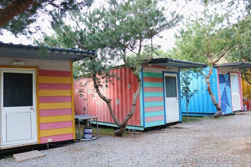 ▌森林人第06露▌南投水岸松林農場營地。風格獨特精靈村。哈比屋、水管屋、貨櫃屋、花園小木屋套房…任君挑選