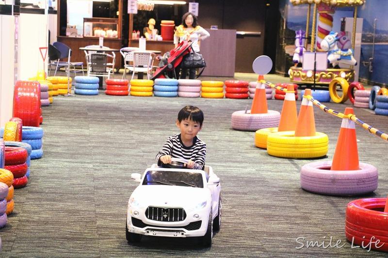 ▌宜蘭景點▌新開幕300多坪室內遊戲空間。宜蘭蘇澳「綺麗親子夢想館」電動車、氣墊床、室內棒球、投擊遊戲…