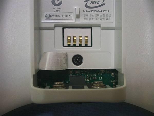 電池匣後面的序號貼紙下,還有一個螺絲