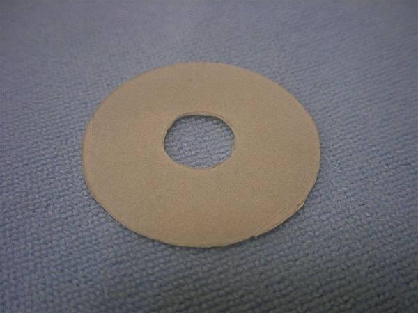 利用塑膠外盒製作的墊片,厚度剛剛好,也比厚紙板耐用