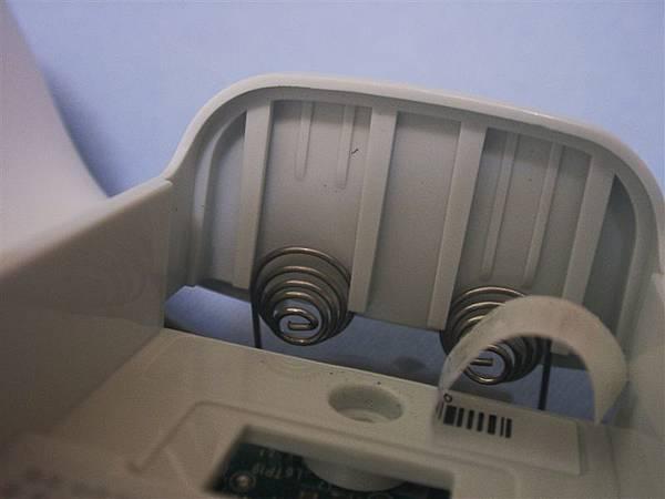 裝回時要注意下面彈簧的地方,不要裝壞了