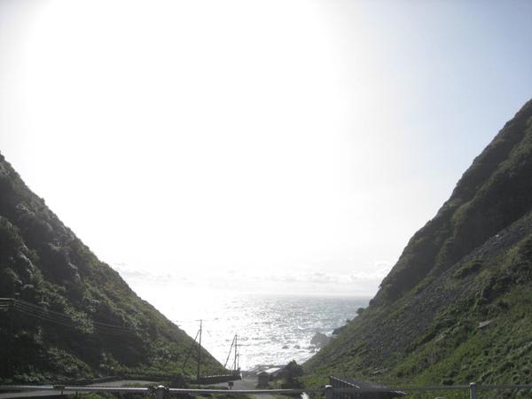 兩山之間的海