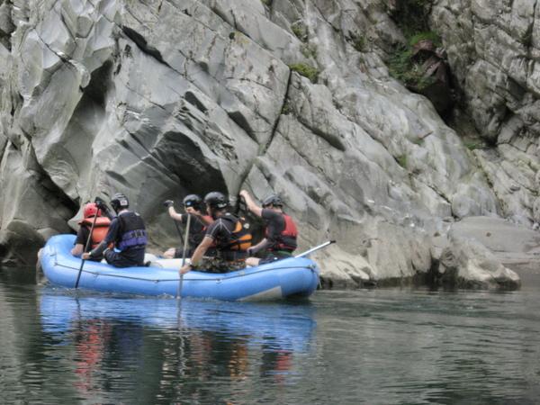 大步危峽谷中泛舟的勇士